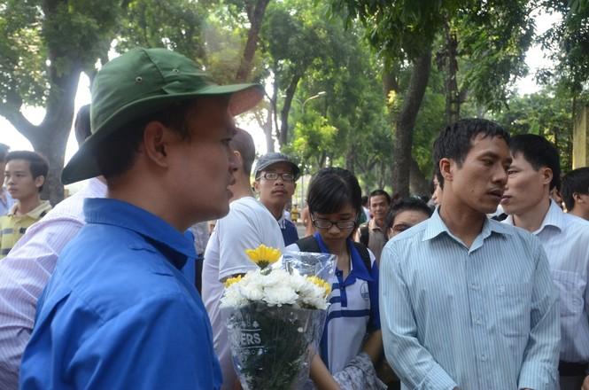 Những bạn sinh viên tình nguyện giúp mang hoa và đặt trong nhà Đại tướng