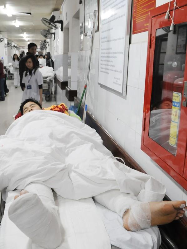 Nạn nhân Nguyễn Quốc Huy tại bệnh viện Việt Đức với các vết thương trên đầu và khắp cơ thể Ảnh: Tuấn Nguyễn