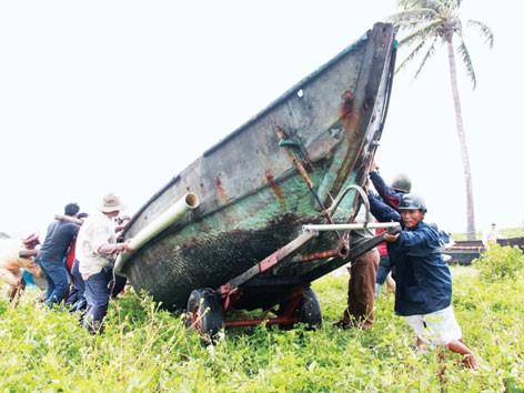 """Đà Nẵng """"chạy"""" thuyền lên bờ tránh bão. Ảnh: Nguyễn Huy"""