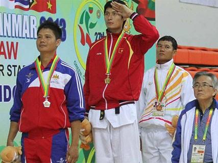 Nguyễn Trọng Cường (giữa) trên bục nhận HC Vàng hôm nay. Ảnh: Đức Đồng