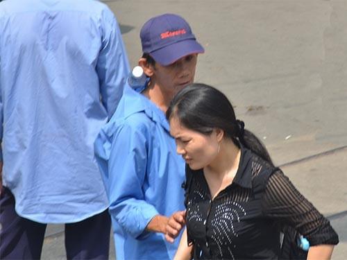 """""""Cò"""" khám bệnh lôi kéo bệnh nhân trước cổng Bệnh viện Ung Bướu TP HCM Ảnh: TẤN THẠNH"""