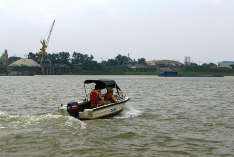 Tàu tìm kiếm của cảnh sát giao thông đường thủy trên sông Hồng.