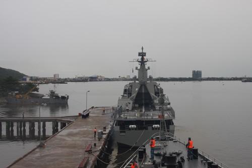 Tàu Lý Thái Tổ (HQ-012) thực hiện nghi thức chào cảng và rời cảng