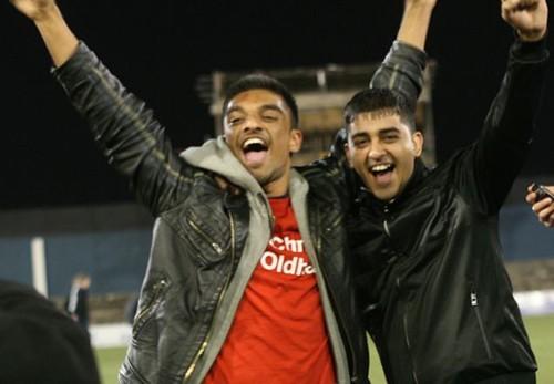 Để quyên góp tiền cho trung tâm xạ trị ở bệnh viện Ung thư Christie, hai nam sinh viên của ĐH Salford là Faisal Mohyud-Din và Mohammed Azeem, đã thiết lập 1 kỷ lục thế giới về cái ôm lâu nhất vào năm 2010. Họ ôm nhau dài đến 24 giờ 17 phút             Bài viết: http://news.zing.vn/Nhung-ky-luc-ky-quac-cua-sinh-vien-the-gioi-post359281.html#home_cate.tinmoi             Nguồn Zing News