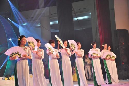 Các thí sinh tham dự đêm chung kết cuộc thi 'Người đẹp xứ Trà'