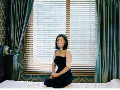 Một phụ nữ Hàn Quốc băng bó sau phẫu thuật nâng mũi. Nhiếp ảnh gia Ji Yeo, người sống ở cả Brooklyn và Seoul, đã ghi lại hình ảnh nhiều chị em chịu đựng cảm giác đau đớn sau khi phẫu thuật thẩm mỹ. Ảnh: Ji Yeo