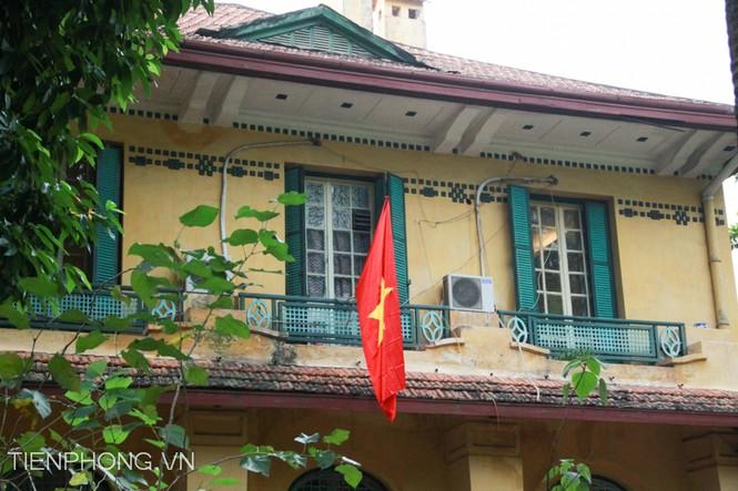 Cờ tổ quốc treo rủ trên tầng 2 nhà Đại tướng Võ Nguyên Giáp