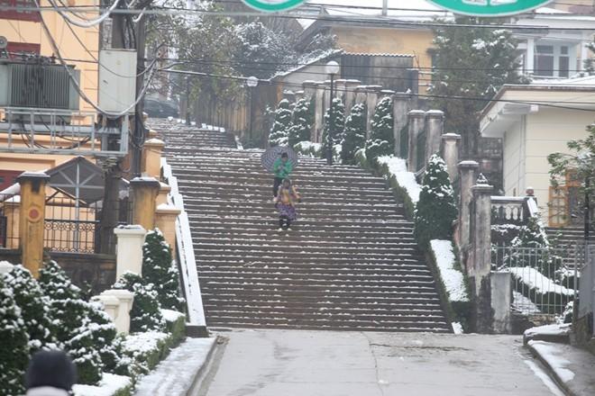 Bậc thang của một cơ quan được phủ tuyết trắng.             Bài viết: http://news.zing.vn/Khach-du-lich-do-xo-len-Sa-Pa-trong-tuyet-trang-post377656.html#home_featured.noibat             Nguồn Zing News
