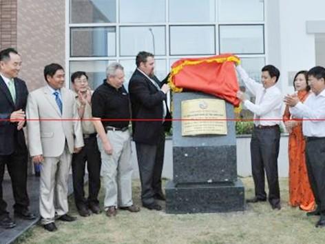 Các đại biểu gắn biển công trình chào mừng 50 năm thành lập tỉnh Quảng Ninh