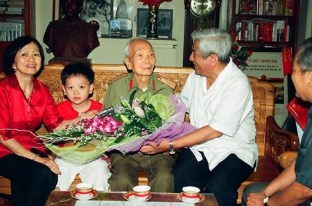 Đại tướng với nguyên Chủ tịch Ủy ban Trung ương Mặt trận Tổ quốc Việt Nam Phạm Thế Duyệt..
