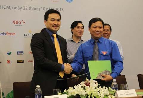 Anh Nguyễn Phi Long - Phó chủ tịch thường trực T.Ư Hội LHTN Việt Nam ký kết hợp tác với anh Phạm Gia Chi Bảo, Chủ tịch quỹ Hiểu về trái tim
