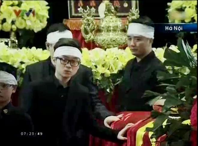 Bước đi chậm rãi trong sự đau đớn             Bài viết: http://news.zing.vn/Chau-noi-Dai-tuong-lang-nguoi-truoc-linh-cuu-ong-post359956.html#home_featured.noibat             Nguồn Zing News