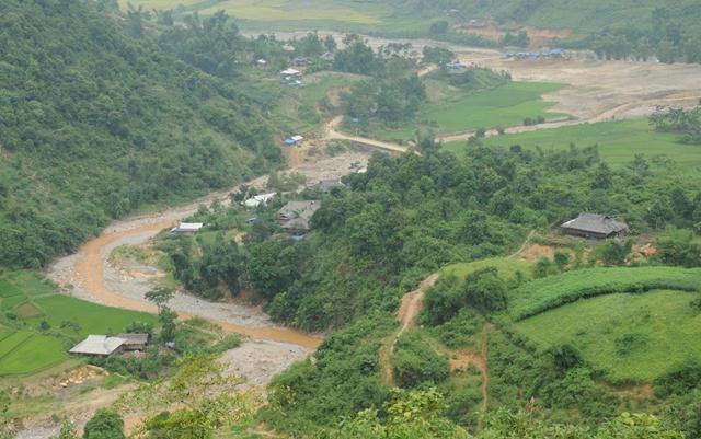 Nước suối đục ngầu vì đất đá sạt lở, vì các hoạt động khai thác vàng trái phép