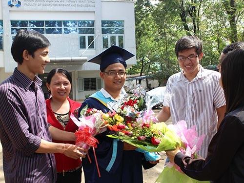 Bà Lê Thị Hạnh, mẹ của Định (thứ 2 từ trái qua), từ tỉnh Bình Định vào TP HCM chia vui cùng con ngày tốt nghiệp