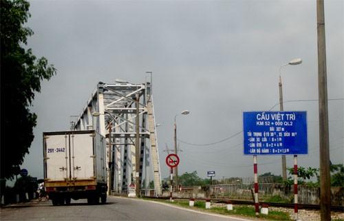 Cầu Việt Trì hiện hữu bao gồm cả giao thông đường bộ và đường sắt