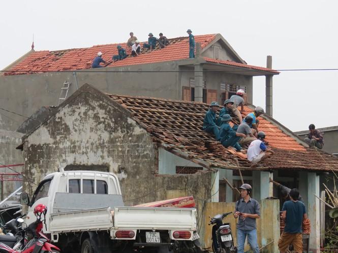 Lốc xoáy sau bão phá nát nhiều nhà dân - ảnh 4