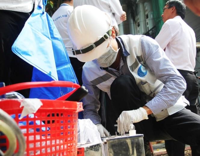 Các chuyên gia tiến hành lấy mẫu đất, khí xét nghiệm