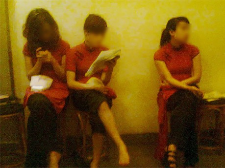Các cô gái chờ đợi để cùng khách đi ăn đêm