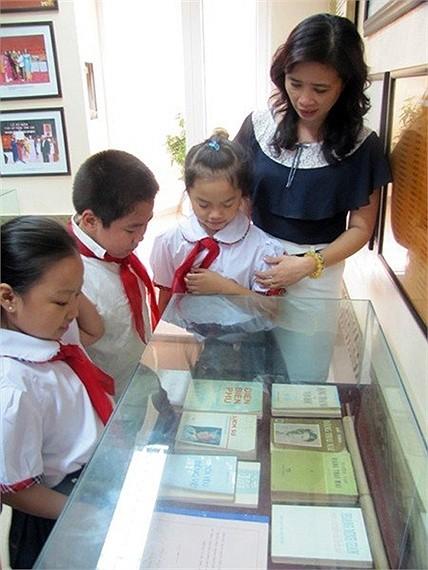 Cô trò trường bên tủ sách Đại tướng tặng Nhà trường