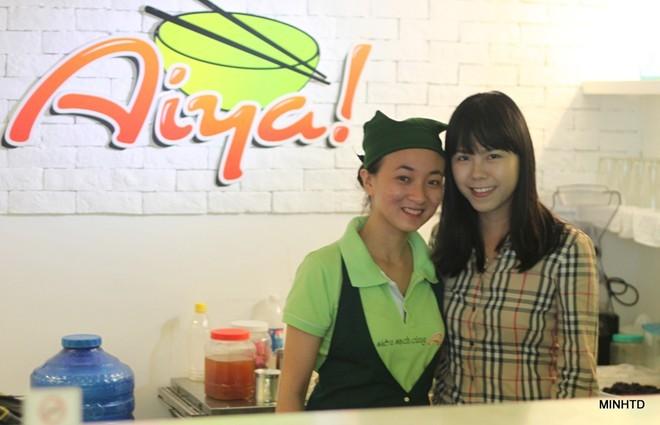Uyên Vy bên cửa hàng ăn vặt của mình trên đường Đặng Văn Ngữ (Q.Phú Nhuận). Dự định sắp tới của Uyên Vy là sẽ phát triển Aiya vào các trung tâm thương mại và ở Hà Nội             Bài viết: http://news.zing.vn/Co-gai-xinh-xan-mo-cong-ty-tu-tuoi-13-thu-nhap-tram-trieu-post356378.html#home_cate.tinchinh             Nguồn Zing News