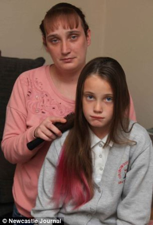 Những nữ sinh bị đuổi học vì mái tóc 'khác người' - ảnh 1
