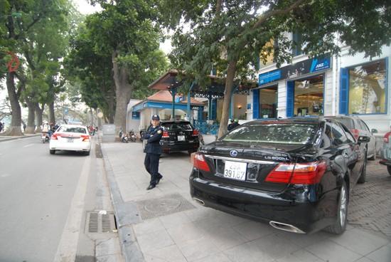 Xế hộp đậu trên vỉa hè trước cửa ngân hàng ANZ trên đường Lê Thái Tổ