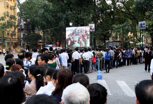 Đông đảo người dân xếp hàng theo dõi lễ viếng Đại tướng qua màn hình LED và chờ vào viếng