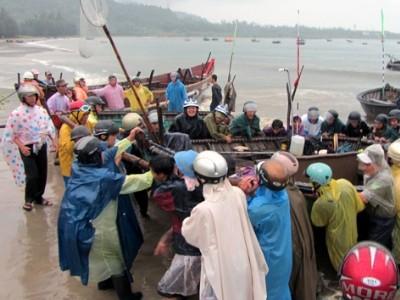 Người dân Đà Nẵng kéo tàu thuyền lên bờ tránh bão. Ảnh: N.C