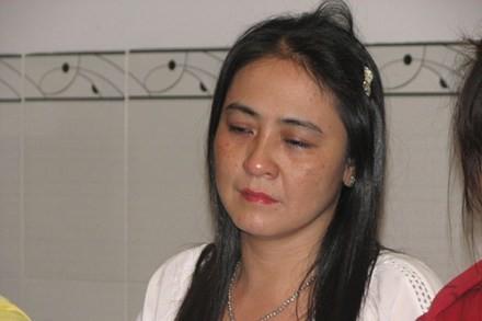 Chị Trần Thúy Liễu lúc tẩm liệm chồng