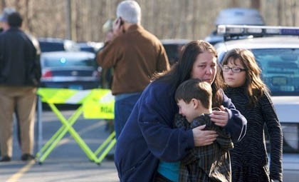 Vụ xả súng kinh hoàng tại trường tiểu học Sandy Hook, thị trấn Newtown, Connecticut hôm 14 -12 khiến 26 người trong đó có 20 trẻ em thiệt mạng. Vụ thảm sát kinh hoàng này đã dấy lên mối lo ngại trong lòng người dân nước Mỹ về việc kiểm soát súng