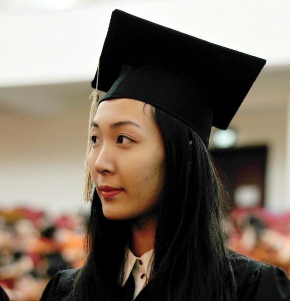 Á hậu Hoa hậu Việt Nam 2010 Đặng Thùy Trang rạng rỡ ngày tốt nghiệp - ảnh 1