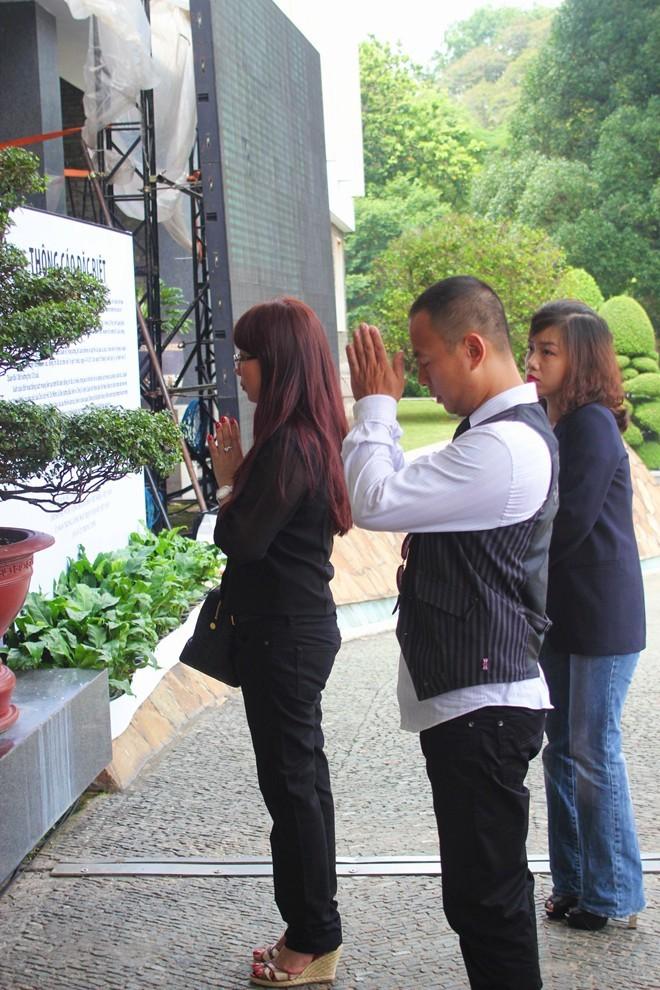 Anh Tam Alesson (Việt kiều Thụy Điển) vừa xuống sân bay Tân Sơn Nhất là tới hội trường Thống Nhất để viếng nhưng vẫn không kịp giờ nên đành đứng bên ngoài vái lạy Người.             Bài viết: http://news.zing.vn/Em-be-4-tuoi-lau-nuoc-mat-cho-me-tai-le-tang-Dai-tuong-post359979.html#home_multimedia             Nguồn Zing News