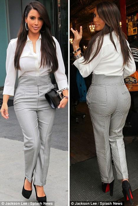 Với bộ quần áo này, Kim trông rất lịch sự mà vẫn khoe được thân hình đồng hồ cát quyến rũ