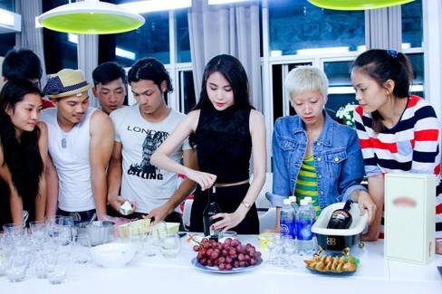 Thủy Tiên khoe da trắng muốt ở nhà chung Next Top Model - ảnh 9