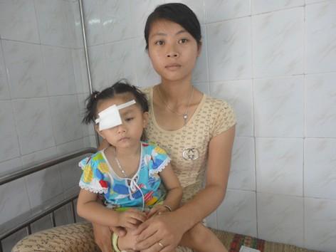 Anh Thư và mẹ tại Bệnh viện Mắt Trung ương. Ảnh: K.N