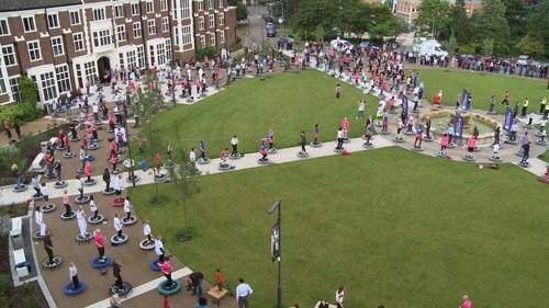 Vào tháng 7/2012, giảng viên và sinh viên từ ĐH Loughborough đã lập nên kỷ lục thế giới với việc cùng nhau nhảy trên những tấm bạt lò xo. Theo đó, đã có 302 người đã cùng tham gia nhảy cùng một lúc             Bài viết: http://news.zing.vn/Nhung-ky-luc-ky-quac-cua-sinh-vien-the-gioi-post359281.html#home_cate.tinmoi             Nguồn Zing News