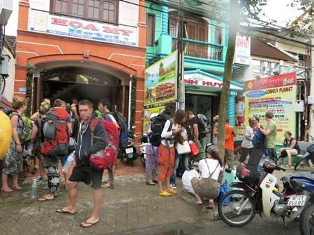 Toàn bộ du khách ở các khách sạn, resort ven sông, ven biển được di chuyển đến các khách sạn cách xa vùng nguy hiểm trong bão Nari