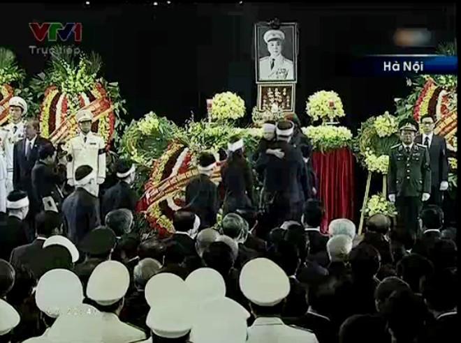 Tang trắng trên đầu, những người cháu của Đại tướng lần lượt bước quanh linh cữu             Bài viết: http://news.zing.vn/Chau-noi-Dai-tuong-lang-nguoi-truoc-linh-cuu-ong-post359956.html#home_featured.noibat             Nguồn Zing News