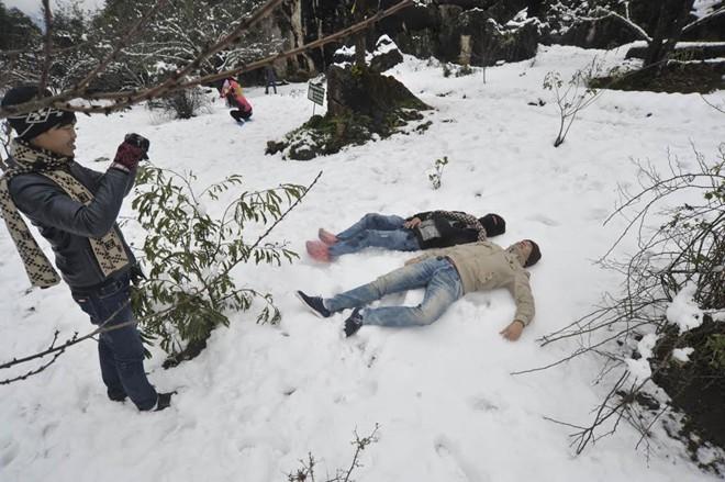 Du khách phấn khích chụp ảnh hiện tượng thiên nhiên hiếm có ở Sa Pa             Bài viết: http://news.zing.vn/Khach-du-lich-do-xo-len-Sa-Pa-trong-tuyet-trang-post377656.html#home_featured.noibat             Nguồn Zing News