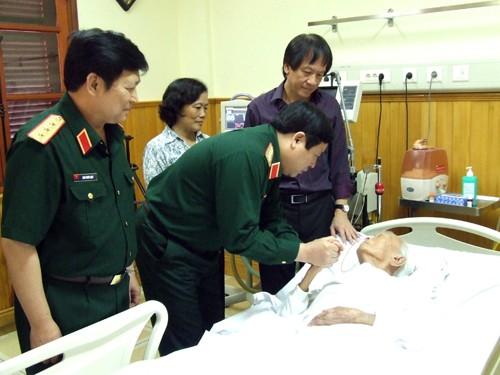 Đại tướng Phùng Quang Thanh, Bộ trưởng Quốc phòng và Thượng tướng Ngô Xuân Lịch, Chủ nhiệm Tổng cục Chính trị trong 1 lần vào thăm Đại tướng Võ Nguyên Giáp tại Bệnh viện Quân đội 108. Người đứng đầu giường bệnh là anh Võ Hồng Nam, con trai út của Đại tướng
