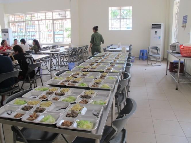 Nhà ăn trong khuôn viên KTX giúp sinh viên đảm bảo an toàn thực phẩm với giá tiền phải chăng