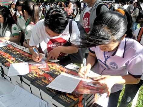 """Hàng nghìn bạn trẻ được tặng sách """"Nghĩ giàu làm giàu"""". Ảnh: Đức Minh"""
