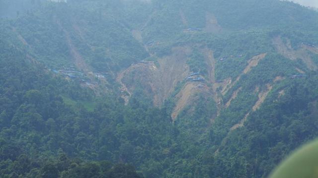 Núi rừng như đang quằn quại trong sự giày xéo của máy húc, máy khoan khoét sâu vào lòng đất, sạt lở nham nhở