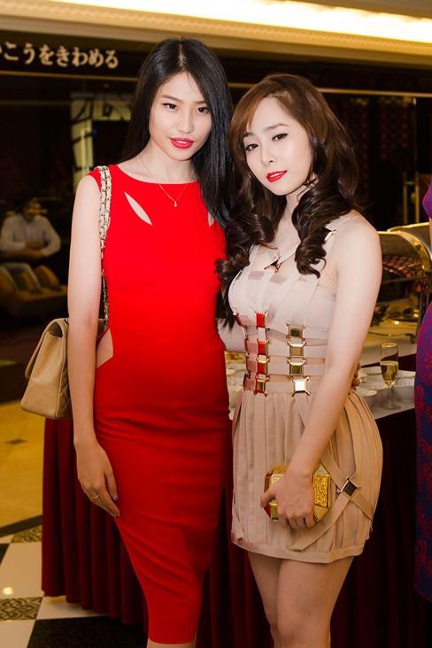 Á hậu Minh Thư mặc váy đỏ quyến rũ