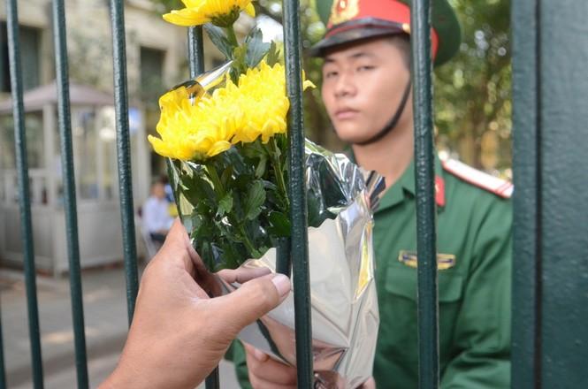 Các anh cảnh vệ liên tục nhận hoa từ người dân đến viếng