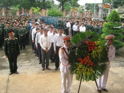 Cán bộ, chiến sĩ, nhân dân Đắk Lắk viếng Đại tướng Võ Nguyên Giáp. Ảnh: Lê Kiến