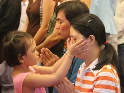 Bé Đỗ Thùy Dương (4 tuổi) lau nước mắt cho mẹ khi chị Nguyễn Thị Hồng Hoa (Q.10) không kìm được cảm xúc, nước mắt tuôn trào khi quỳ trước bàn thờ Đại tướng ở hội trường Thống Nhất (TP.HCM)             Bài viết: http://news.zing.vn/Em-be-4-tuoi-lau-nuoc-mat-cho-me-tai-le-tang-Dai-tuong-post359979.html#home_multimedia             Nguồn Zing News