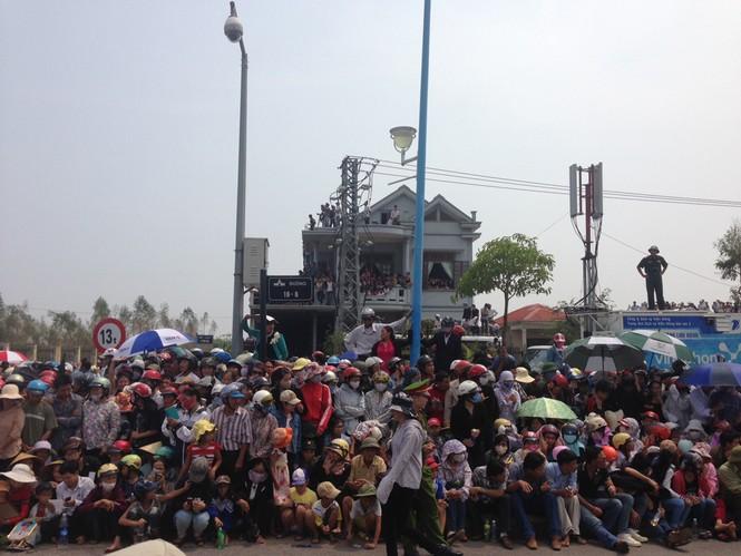 Đông đảo người dân chờ đón Đại tướng trước cửa sân bay Đồng Hới, Quảng Bình. Ảnh: Thanh Lâm