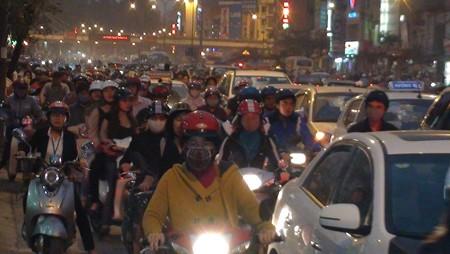 Dòng người đông đúc trên đường Nguyễn Trãi lúc 17h45 chiều 6 - 3