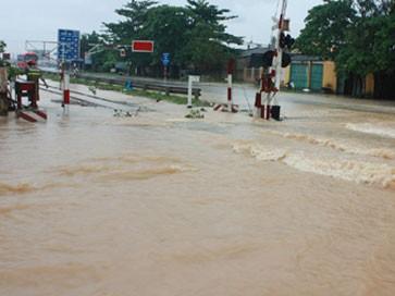 Nước tràn quá đường sắt Bắc - Nam địa bàn TX Hoàng Mai, Nghệ An. Ảnh: VOV